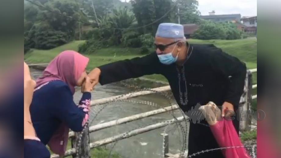 Gambar daripada video pertemuan dua individu dipercayai di Hulu Selangor yang tular di media sosial. Foto Nur Adilah Abu Sien
