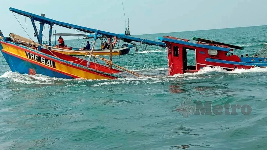 KEADAAN bot yang terbalik dalam kejadian di perairan kemasin. FOTO Nik Abdullah Nik Omar