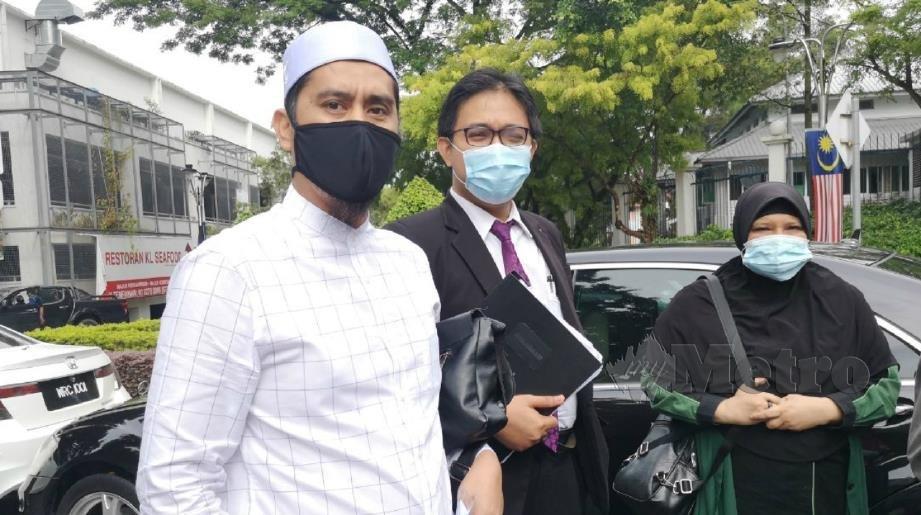 Mohd Asri (kiri) ketika hadir di Bukit Aman, hari ini.
