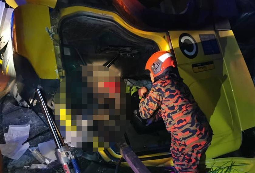 Identiti bapa, dua anak maut kemalangan treler terbabas dikenal pasti   Astro Awani