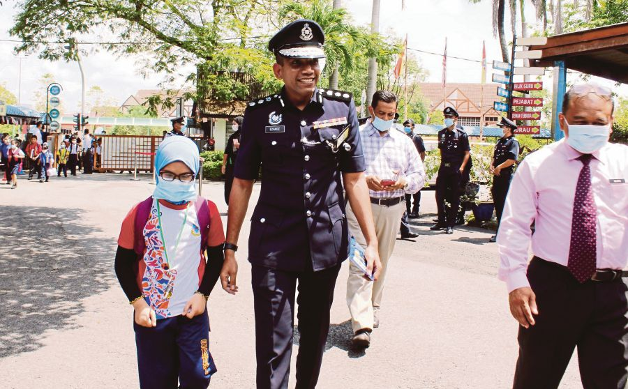Police chief accompanies late cop's daughter to school