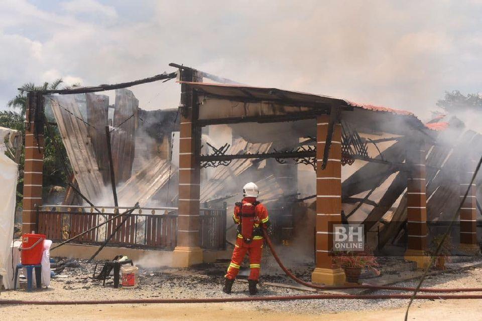 Kebakaran dikatakan berlaku kira-kira jam 1.20 petang mengakibatkan barang hantaran pertunangan dan harta benda rumah terbabit musnah. - Foto ihsan pembaca