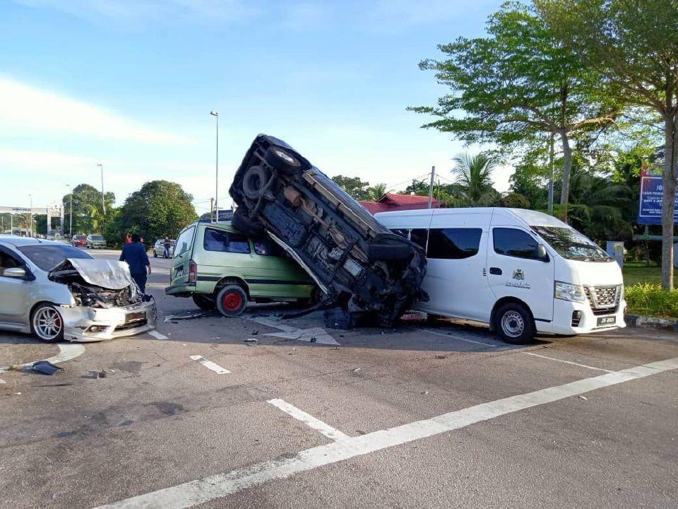 Toyota Hilux yang merempuh Perodua Myvi terbabas lalu melanggar empat kenderaan di laluan bertentangan dalam kemalangan di persimpangan Jalan Temenggong Ahmad dekat Parit Keroma, pagi tadi. Ihsan Bomba