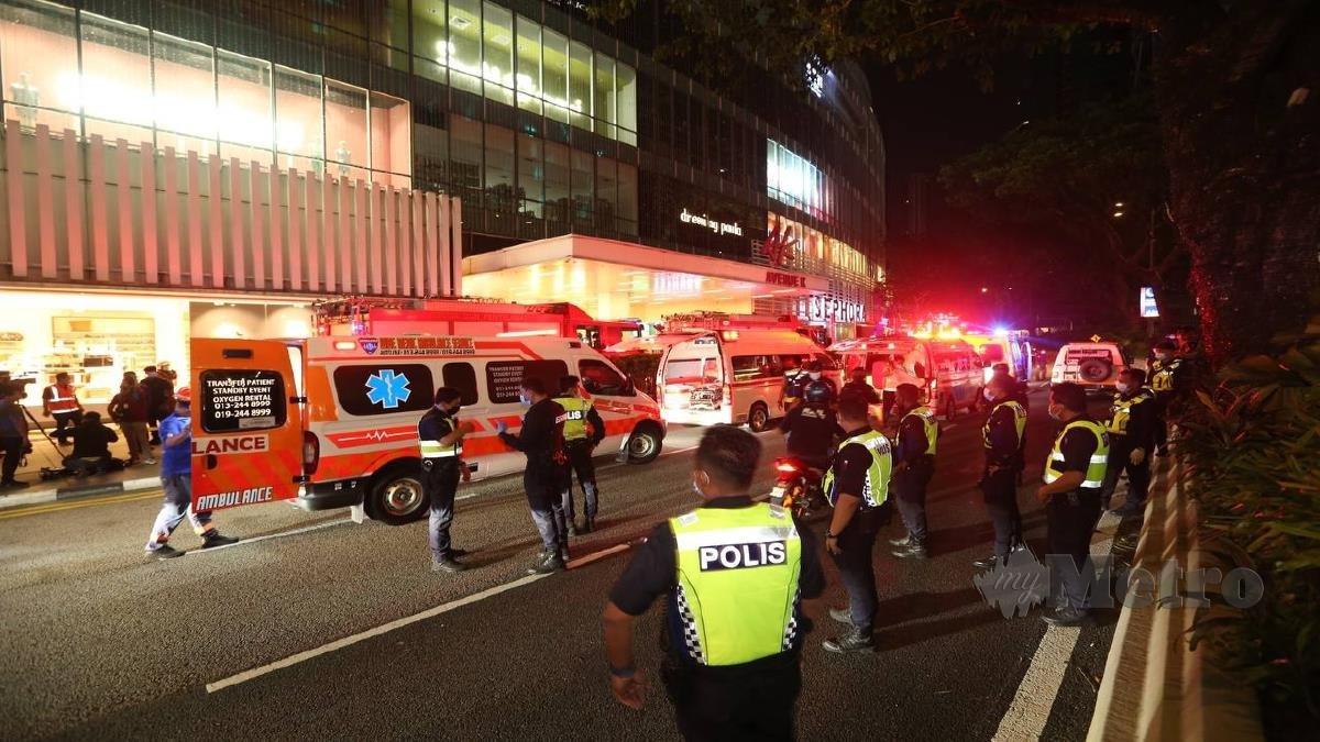 AMBULANS tiba untuk membawa penumpang cedera ke hospital. FOTO ASWADI ALIS.