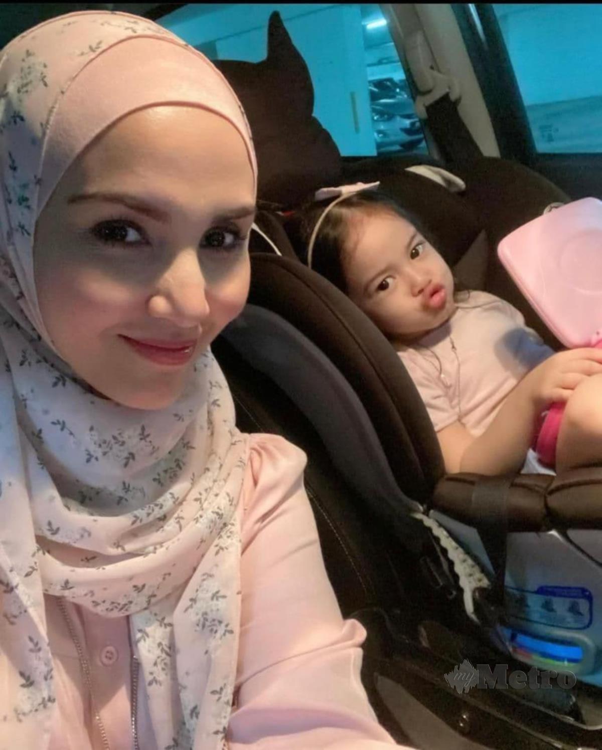 Fiza bersama anaknya, Baby Aleena.