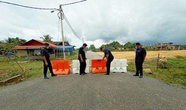 Polis letak halangan konkrit di laluan tikus